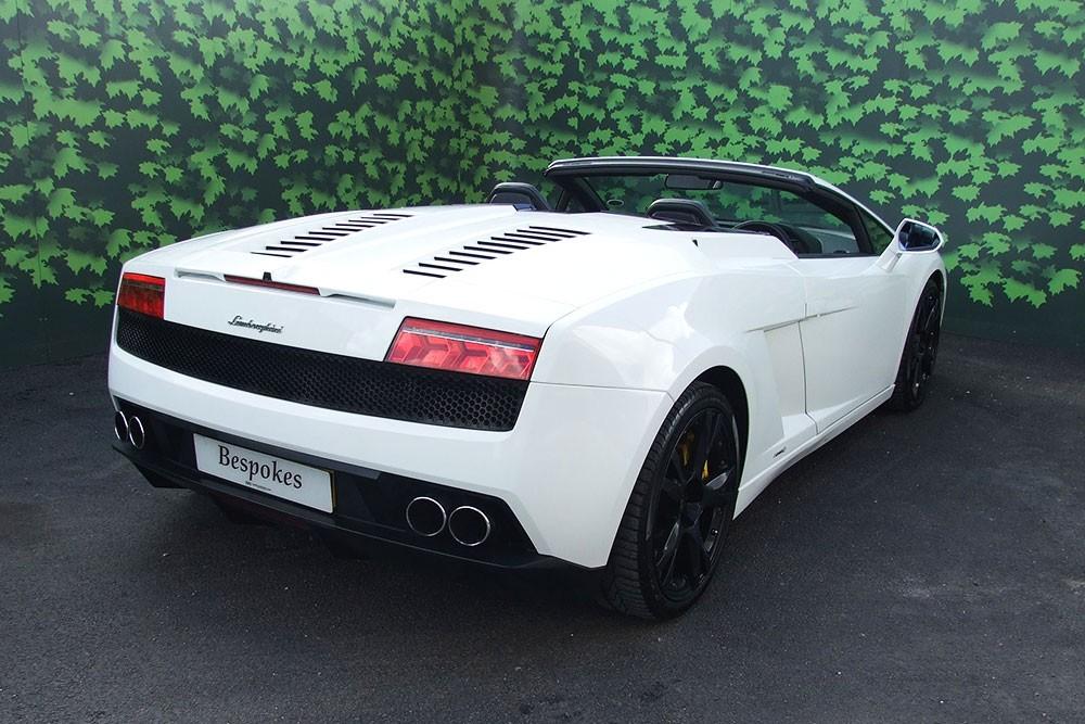 Rent this white Lamborghini Gallardo